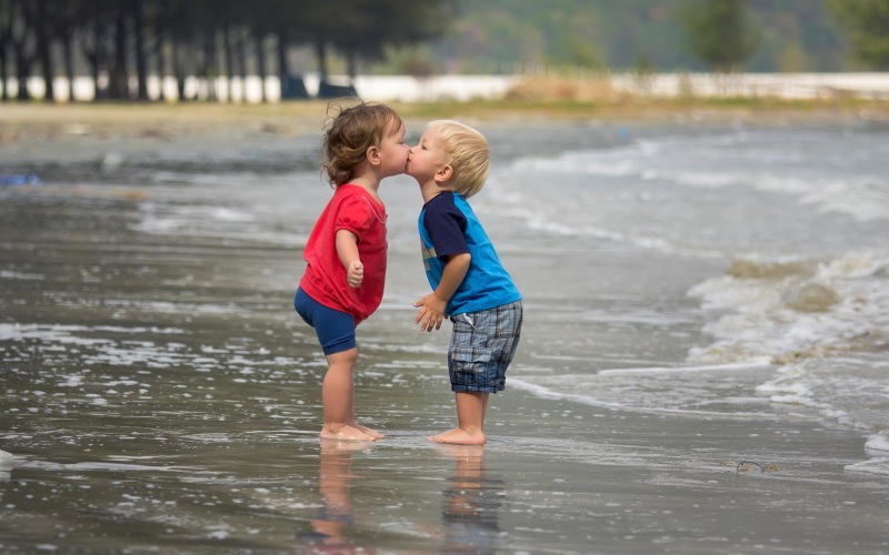 funny-kiss-of-babies-in-water