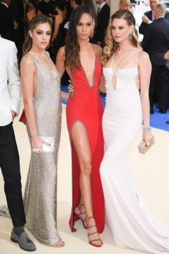 CHLOE BENNET, JOAN SMALLS Y BEATHI PRINSLOO